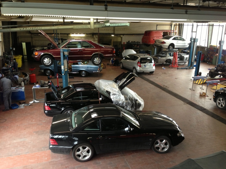 mercedes benz-fahrzeug oldtimerwerkstatt | automobil werkstatt
