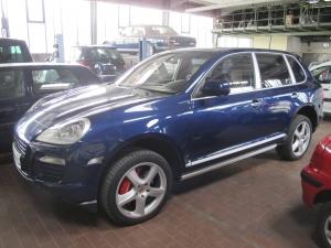 Porsche Cayenne bekommt eine Inspektion und Wartung in Berlin