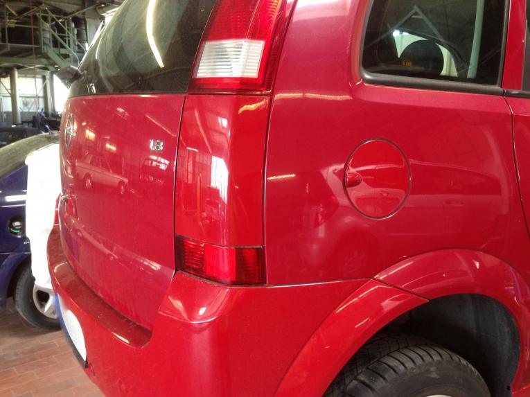 Ausbleichen von rotem Autolack