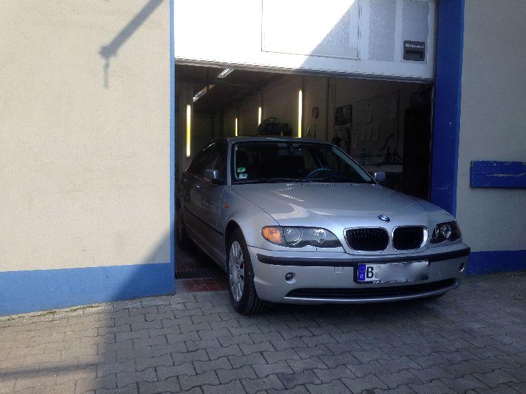 3er BMW guckt aus der Lackiererei