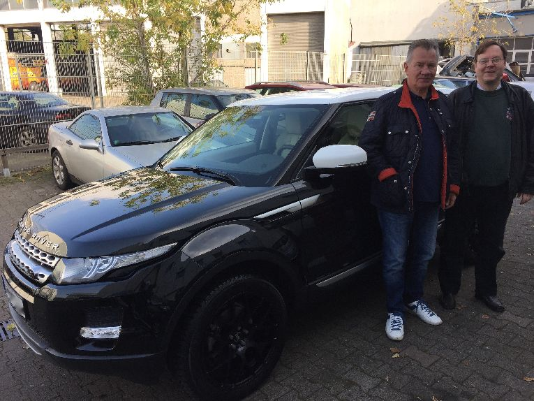 Manfred Lehmann freut sich über sein foliertes Automobil